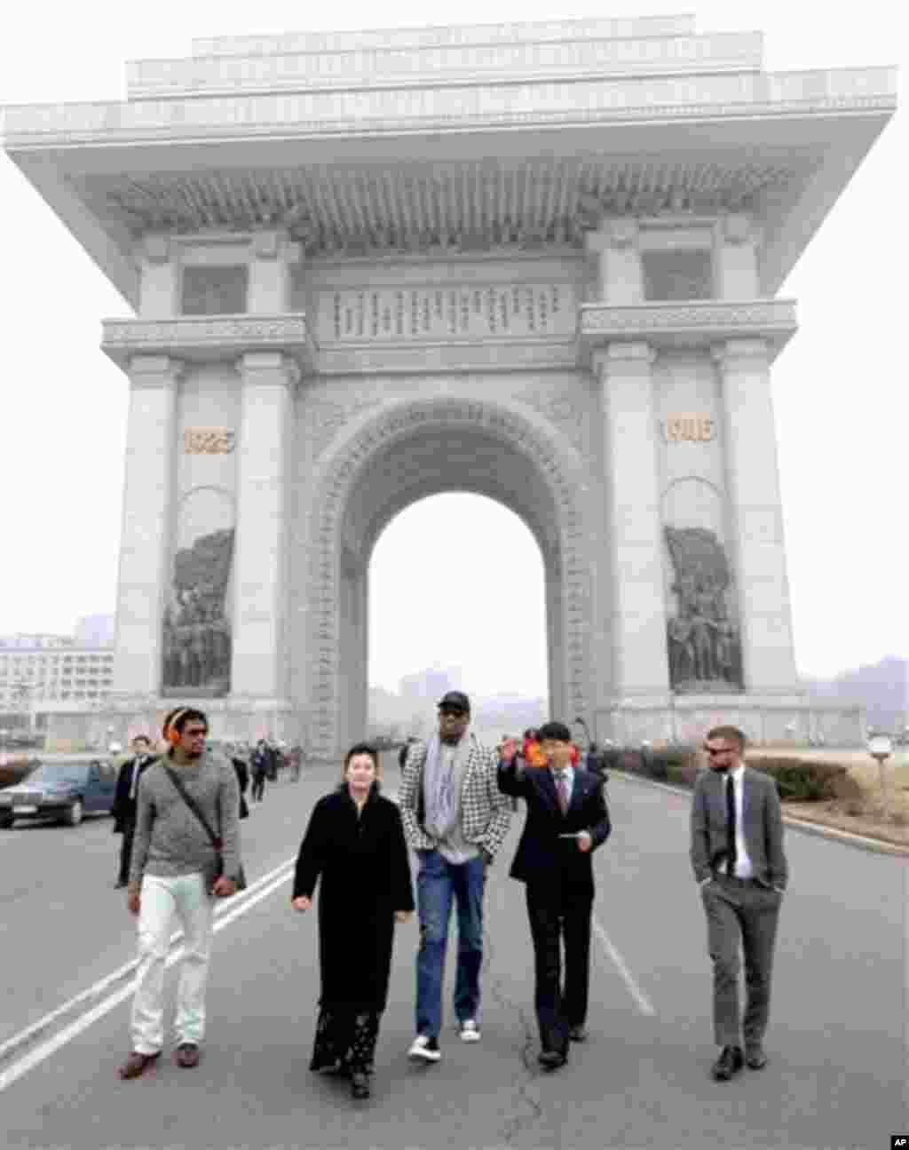 평양을 방문 중인 미국 NBA 데니스 로드먼 일행이 1일 개선문을 방문했다. 조선중앙통신 보도.