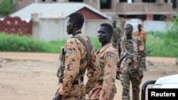 Binh sĩ và cảnh sát Nam Sudan đứng gác dọc theo một con đường sau một trận giao tranh ở thủ đô Juba, Nam Sudan, 10/7/2016.