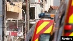 Des pompiers français fouillent les décombres d'un bâtiment effondré à Rosny-Sous-Bois, près de Paris, le 31 août 2014.