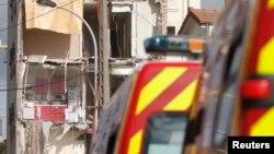 Des pompiers français déployés près d'un bâtiment qui vient de s'effondrer à Rosny-Sous-Bois, près de Paris, 31 Août 2014.