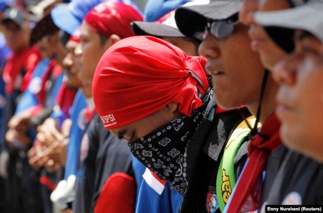 Buruh berbaris ke istana presiden saat unjuk rasa menentang rencana pemerintah menaikkan harga BBM di Jakarta 21 Maret 2012. (Foto: Reuters/Enny Nuraheni)