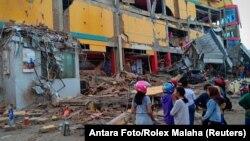 帕盧一座購物商場在地震中倒塌