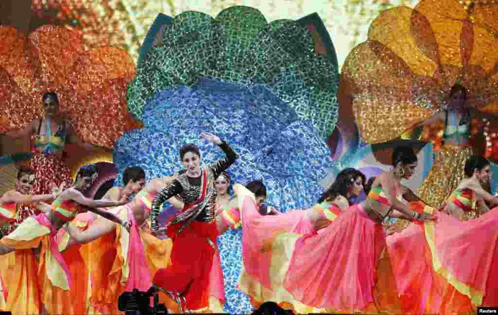 اس شو میں، کرینہ کپور، دیپکا پاڈوکون، سوناکشی سنہا، رتیک روشن، مادھوری ڈکشت اور بالی وڈ کی متعدد دیگر شخصیتوں نے اپنے فن کا مظاہرہ کیا۔