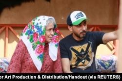"Aktor Kuwait Hayat Al Fahad (kiri) dan produser Emirat Yousif Alghaith terlihat di lokasi syuting serial Ramadhan MBC ""Umm Haroun"" di Dubai, Uni Emirat Arab, 5 Desember 2019. (Foto: Al Fahad Establishment for Art Production & Distribution/Handout via Reut"