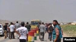 گروهی از ایزدیهای عراق که به دلیل نگرانی از حملات خشونتبار گروه افراطی داعش به سمت کوههای اطراف پناه میبرند – ۱۴ امرداد ۱۳۹۳