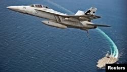 Một chiếc máy bay F/A-18F Super Hornet bay phía trên tàu sân bay USS Gerald R. Ford của hải quân Hoa Kỳ.