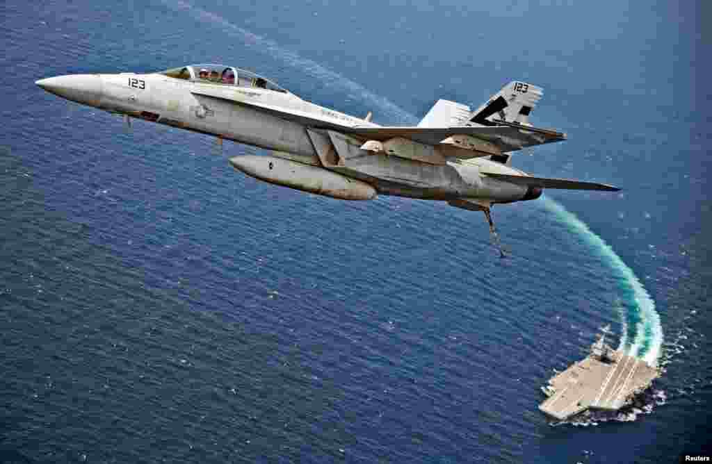 美国海军航空母舰福特号测试其先进的EMALS电磁弹射系统,F / A-18F超级大黄蜂飞机从杰拉德·R·福特号起飞后在航母上空飞翔。(2017年7月28日)。这种电磁弹射取代了传统的蒸汽弹射。