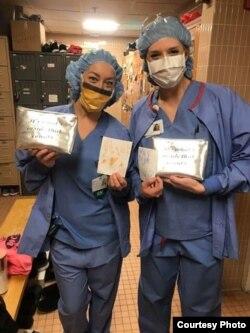 Pekerja medis di sebuah layanan kesehatan di negara bagian Massachusetts menerima sumbangan masker dari Andover Islamic Center. (Foto courtesy: Andover Islamic Center)