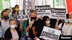 Aktivis pro-demokrasi Lee Cheuk-yan berbicara kepada media setibanya di Pengadilan West Kowloon untuk pembacaan vonis terkait kasus demonstrasi, di Hong Kong, China, 1 April 2021. (Foto: REUTERS/Tyrone Siu)
