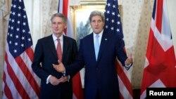 El secretario de Relaciones Exteriores de Gran Bretaña, Philip Hammond, junto al secretario de Estado de EE.UU., John Kerry.