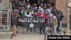 سرینگر میں 10 مئی کو ہونے والے مظاہرے کے دوران نقاب پوش افراد داعش کا جھنڈا لہراتے ہوئے