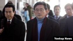 6일 한국 인천공항에서 미국으로 출국하는 박근혜 대통령 당선인 정책협의대표단. 가운데가 이한구 새누리당 원내대표.
