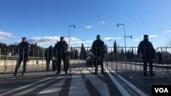 Arhiva - Crnogorska policija blokirala centar Podgorice, nakon zabrane okupljanja protivnika Zakona o slobodi vjeroispovijesti, Crna Gora, 26. decembar 2019. (Foto: Predrag Milić, VoA)