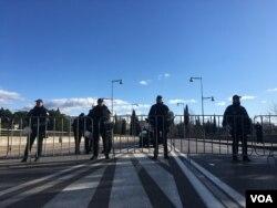 Pripadnici crnogorske policije u blokiranom centru Podgorice (Foto: VOA/Predrag Milić)