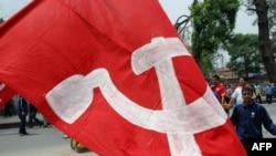 Cờ của phe Maoist tại Nepal. Cuộc nội chiến ở Nepal kết thúc năm 2008 với việc phiến quân Maoist đồng ý tham gia chính phủ