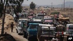 Warga meninggalkan provinsi Daraa di Suriah selatan, untuk menghindari pertempuran antara pasukan Suriah dan pemberontak di Suriah selatan (28/3).