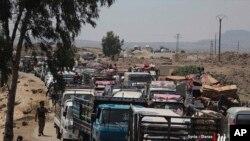 시리아 남부 다라주에서 28일 주민들이 시리아 정부의 군사 공세를 피해 피난가고 있다.