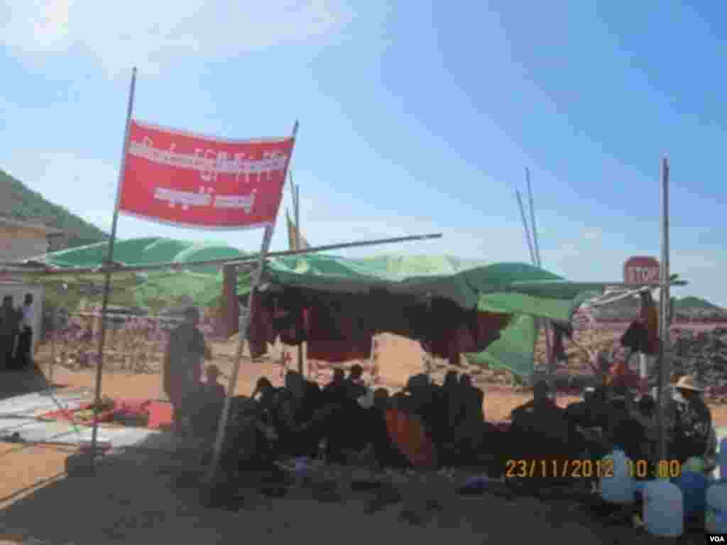 Burmese protesters at a camp site outside a Chinese-backed copper mine, Monywa Burma, November 23, 2012. (VOA Burmese Service)