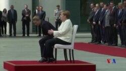 默克爾坐著歡迎丹麥領導人