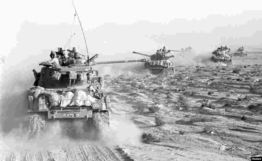 Isroil harbiy tanklari Sinay yarim oroliga kirib bormoqda / A convoy of Israeli tanks rolls through the Sinai peninsula during the 1967 Middle East War, widely known as the Six Day War.