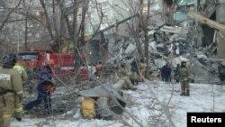 Nhân viên cứu hộ đang nỗ lực cứu những người bị mắc kẹt trong vụ nổ chung cư ở Magnitogorsk, Nga, ngày 31/12/2018.
