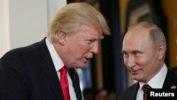 Дональд Трамп и Владимир Путин беседуют во время перерыва на заседании саммита АТЭС в Дананге, Вьетнам 11 ноября 2017