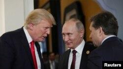 Tư liệu: TT Mỹ Donald Trump và Tổng Thống Nga Vladimir Putin bên lề hội nghị thượng đỉnh APEC ở Đà Nẵng, Việt Nam, ngày 11/11/2017