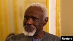 L'artiste sénégalais Ousmane Sow écoute le président français lors d'une cérémonie en son honneur à Paris, le 11 décembre 2013.