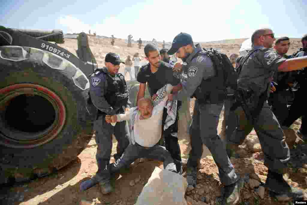 این فلسطینی که به شهرک سازی اسرائیل در منطقه «الخان الأحمر» اعتراض دارد، توسط پلیس های اسرائیلی بازداشت شد.