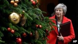 PM Inggris, Theresa May, tampak meninggalkan Downing Street di London, Selasa, 4 Desember 2018. PM Inggris dijadwalkan untuk berpidato di Parlemen hari Selasa, membuka sesi debat yang berlangsung selama 5 hari sebelum pemungutan suara yang akan dilaksanakan pada tanggal 11 Desem