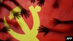 中国江苏连云港的一所小学校的学生在上中共党史课时把手放在中共党旗上。(2020年6月28日)