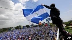 Archivo - Un hombre ondea una bandera de Nicaragua en una manifestación contra el gobierno de Daniel Ortega en Managua, el 30 de junio de 2018.