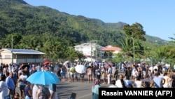 Les électeurs font la queue pour voter au bureau de vote de Bel Ombre, au nord de Mahé, la principale île des Seychelles, le 24 octobre 2020, lors des élections présidentielle et législatives.