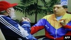 Truyền hình nhà nước Cuba chiếu cảnh Tổng thống Venezuela Hugo Chavez gặp cựu chủ tịch Cuba Fidel Castro tại Havana, ngày 28/6/2011