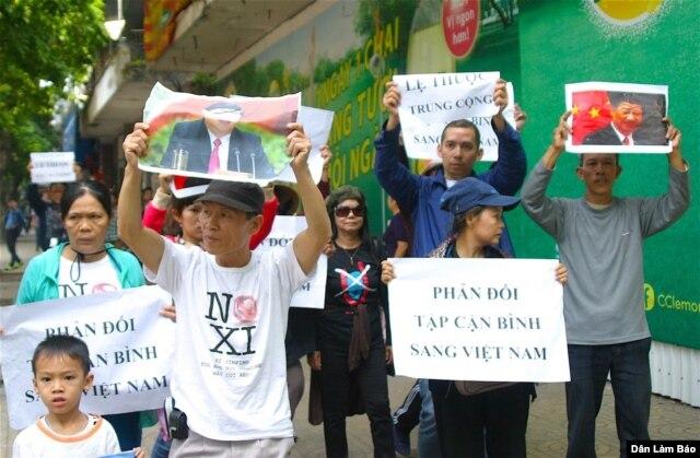 Người dân mang biểu ngữ xuống đường biểu tình chống Tập Cận Bình tại Hà Nội, ngày 5/11/2015.
