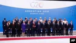 Para pemimpin berpose pada KTT G20 di Buenos Aires, Argentina.