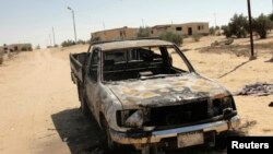 Một chiếc xe bị cháy sau vụ tấn công vào các mục tiêu quân sự của quân đội Ai Cập ở ngoại ô Sheikh Zuweid, gần thành phố El-Arish, bán đảo Sinai, ngày 10/9/2013.