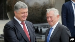 짐 매티스 미국 국방장관(오른쪽)이 24일 우크라이나 키예프에서 페트로 포로센코 대통령과 만났다.