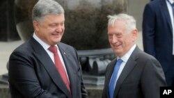 烏克蘭總統波羅申科和美國國防部長馬蒂斯在烏克蘭基輔的會議上握手(2017年8月24日)