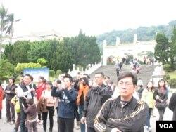 台北故宮前旅遊者觀看藏青會集會現場(美國之音申華拍攝)