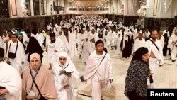 Jemaah haji tampak sedang berjalan menuju Safa, sebuah perjalanan bolak-balik yang mereka lakukan sebanyak tujuh kali antara Safa darn Marwah dalam Tawaf Ifada yang menjadi bagian dari prosesi pelaksanaan ibadah haji di Masjidil Haram, kota suci Mekah, Saudi Arabia, 21 Agustus 2018 (foto: Reuters/Zohra Bensemra)