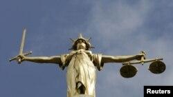 La Statue de la Justice sur le dôme de la Old Bailey, la Cour centrale de la Couronne britannique (Haute Cour criminelle) à Londres