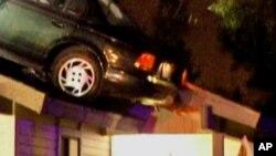 Ένα αυτοκίνητο κατέληξε σε σκεπή σπιτιού
