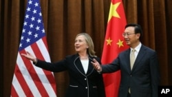 Menteri Luar Negeri Amerika Hillary Clinton, kiri, bersama Menteri Luar Negeri Tiongkok Yang Jiechi. Clinton berada di Tiongkok untuk membahas penyelesaian konflik di Suriah (foto, 4/9/2012).ijing, Tuesday, Sept. 4, 2012. Clinton is in Beijing to press Ch