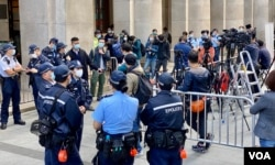 黎智英涉國安法保釋上訴案,大批警員在法庭外戒備。(美國之音湯惠芸攝)
