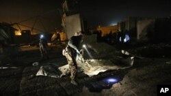 Pasukan keamanan memeriksa lokasi ledakan di komplek diplomatik di Kabul, Afghanistan Kamis (27/11).