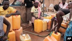 Des femmes emplissent les bidons d'eau à Ouagadougou, Burkina Faso, le 11 mai 2016.