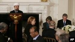 ABŞ-ın keçmiş prezidenti Corc Buş Ağ Evdə İftar mərasimi zamanı, 17 oktyabr, 2005.