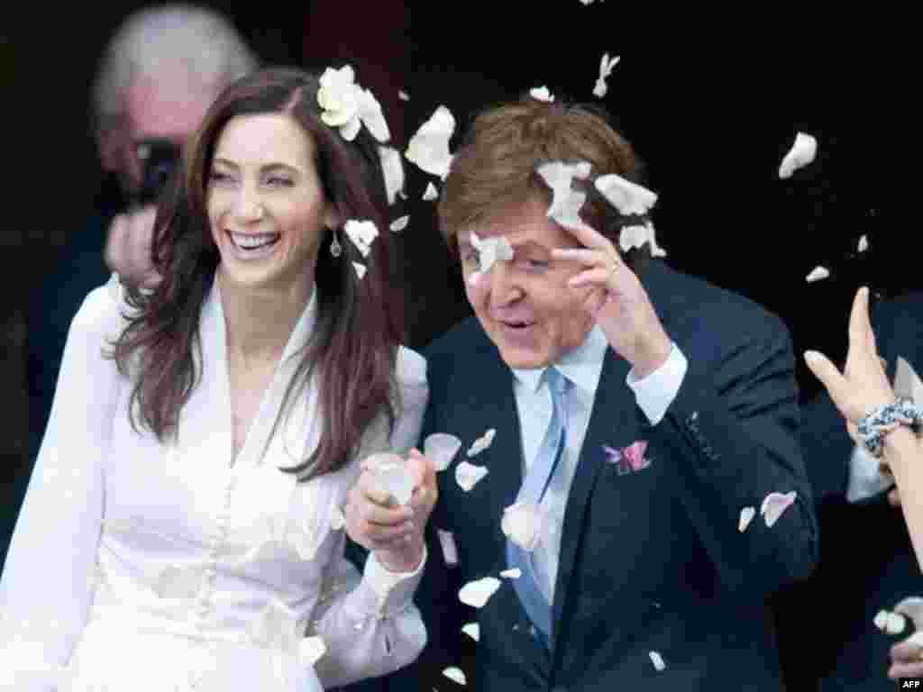 Ca sỹ Paul McCartney và cô dâu Nancy Shevell được đám đông tung bông giấy chúc mừng khi họ rời khỏi nơi làm thủ tục hôn phối tại tòa thị chính Old Marylebone ở London vào ngày 9 tháng 10 năm 2011. Cựu ca sỹ trong ban nhạc the Beattle, ông Paul McCarney đã