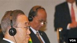 Sekjen PBB Ban Ki-moon (kiri) duduk di dekat PM Birma Thein Sein pada KTT ASEAN-PBB di Hanoi, Vietnam Sabtu 29 Oktober 2010.